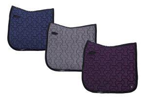 Het QHP Metallic Glitz is een luxe zadeldek met een lichte metallic glans over de gekleurde stof. Daarnaast is de rand afgewerkt met een zwart sierkoord met glitterband.