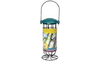 De Bird Gift Vetbol feeder is ideaal om 3 mezenbollen te bewaren voor de vogeltjes. Je kunt hem staand neerzetten maar ook hangen aan een voederstation. Doordat er geen netjes nodig zijn rondom de mezenbollen en door het duurzame materiaal is deze feeder erg milieuvriendelijk. De klepopening is makkelijk te openen voor mensen maar sterk genoeg om te voorkomen dat dieren deze open maken.