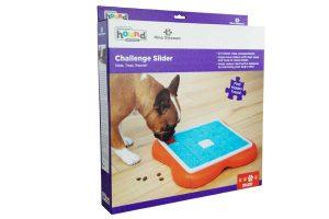 De Nina Ottosson Dog Challenge Slider is een leuke uitdagende manier voor uw hond om een snoepje te zoeken. Stimuleer je hond de vakjes weg te duwen en zo het juiste vakje te vinden met zijn favoriete snack!
