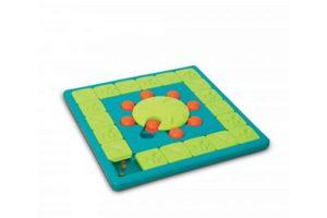 Met de Nina Ottosson Multipuzzle hoeft uw leergierige hond zich zeker niet te vervelen. Een erg uitdagend spel waarbij er geschoven en gedraaid moet worden!