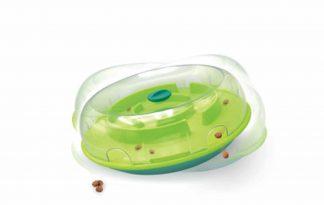 De Nina Ottosson Wobble Bowl is een wiebelende voerbak waardoor het hondje actief bezig moet zijn met het verkrijgen van zijn voer. Leuk om te gebruiken met zijn favoriete snack maar ook geschikt met zijn dagelijkse brokjes. Deze Wobble Bowl zorgt ervoor dat uw hond langer over zijn maaltijd doet. Ook helpt dit de honden meer te bewegen, gematigder te eten en gaat het schrokken tegen. Hierdoor ga je dus overgewicht tegen. Door de voerbak heen en weer te bewegen zal het voer eruit vallen. In plaats van een saaie maaltijd krijgt het hondje met deze Wobble Bowl een leuk interactief spel!