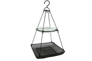 De Bird Gift Vogelstation Hangend bestaat uit een grote voederbak met daarboven een clip-in vogelbad. Door de gaatjes in de grote voederbak kan het regenwater weg stromen, dit voorkomt een drassige massa vogelvoer. Het vogelstation is makkelijk op te hangen door middel van een haak.