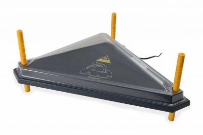 De Afdekkap PET voor warmteplaat driehoek is een kap voor je warmteplaat. Doordat kuikens op de warmteplaat kunnen springen, worden warmteplaten vuil. Met deze afdekkap voor je warmteplaat is dit probleem voorgoed opgelost.