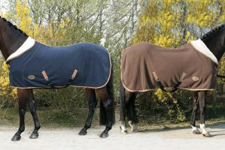 De Harry's Horse Teddyfleece deken is voorzien van een dubbel borstsluiting en afneembare, deels elastische bilkoorden. Deze warme deken heeft een halve hals die teruggeslagen kan worden, zodat deze comfortabel draagt.
