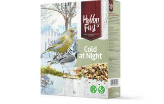 De Hobby First Wildlife Cold at Night is een speciale zadenmengeling samengesteld voor koudere dagen! Deze mengeling is rijk aan vette zaden, pitten, aardnoten en voedzame tarwe- en havervlokken, waardoor je vogels in de winter voorziet van extra energie. Wanneer je deze mengeling op een voedertafel aanbiedt ga je veel mussen en vinken zien. Liever mezen in je tuin? Plaats de mengeling dan een hangende voedersilo.
