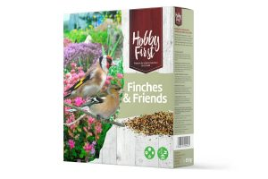 De Hobby First Wildlife Finches & Friends is een rijkelijk gevarieerde mengeling vol met fijne zaden van groenten, grassen en kruiden. Deze combinatie is een feestje voor alle vinkachtige in de tuin, bijvoorbeeld de mussen, vinken en groenlingen. Deze vogelsoorten zoeken het voer op de grond, maar ook op een voedertafel. Deze zadenmengeling kan daardoor op meerdere plekken worden geplaatst.
