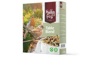 De Hobby First Wildlife Table Blend heeft een fijner mengeling van granen, noten en pitten. Zeer geschikt voor de kleinere vogels die op de grond weggejaagd worden door de grote vogels, zoals duiven. Plaats de zadenmix in een voederschaal met dak, waardoor het droog blijft en voor grote vogels niet toegankelijk is. De Table Blend zorgt gegarandeerd voor een rijk aanbod aan vogels in uw tuin, bijvoorbeeld mussen, roodborstjes, vinken, mezen en sijsen.