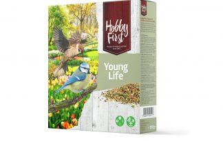 De Hobby First Wildlife Young Life ondersteunt het ouderpaar en jongen bij een goede ontwikkeling. In het voorjaar is er volop activiteit en gaan vogels op zoek naar voeding. De mengeling is verrijkt met extra proteïne en calcium, waardoor deze zeer geschikt is. De fijne zaden zorgen dat het geheel hapklaar is. Ideaal om aan te bieden via een voederschaal, maar ook hangend in een voederhuisje.