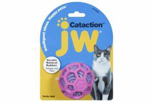 De JW Cataction Rattle bal zorgt voor uren vermaak bij katten of kittens. De zeshoekige bal heeft uitsparingen met daarin glinsterend garen, waardoor deze makkelijk is vast te pakken met de nageltjes.
