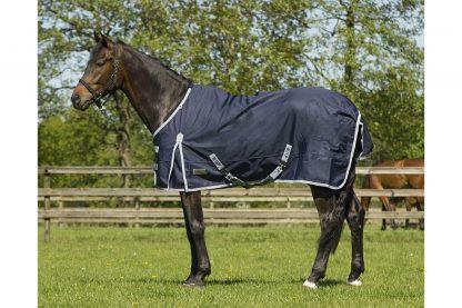 De QHP regendeken 600D 100gr is waterdicht en ademend. De deken is voorzien van D-ringen bij de nek om een eventuele losse hoes te bevestigen. Dit basismodel is uitgevoerd met een 100 g vulling.