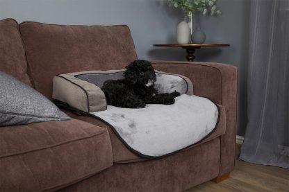 Het Scruffs Chester Sofa Bed zorgt ervoor dat jouw trouwe viervoeter in stijl op de bank kan liggen, maar voorkomt dat de bank beschadigd of vies wordt.