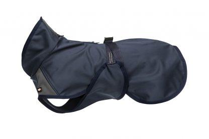 De Trixie hondenjas Aston is een comfortabele waterdicht en gemaakt van softshell. De jas is voorzien van een extra hoge opstaande kraag en biedt aan de achterzijde extra bescherming, waardoor jouw hond ook tijdens een flinke regenbui mee naar buiten kan!