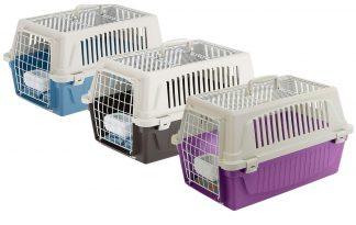 De Ferplast Atlas Open 10 vervoersbox is een transportkooi van kunststof voor kleine honden, pups of katten. Deze kunststof vervoersbox is compleet met een stevige, met kunststof beklede stalen deur die vanuit buitenaf kan worden gesloten dankzij speciale clips. In het bovendeel is ook een geplastificeerd stalen rooster geplaatst.