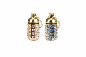 De Beeztees Luxo adreskokertje met Strass zorgen ervoor dat jouw hond of kat er stijlvol bijloopt. Het gouden kokertje is voorzien van blauwe of roze diamantjes, waardoor het een luxe uitstraling heeft.