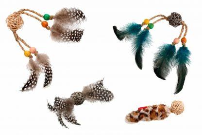 Het GiGwi kattenspeelgoed Rattle Wood is gemaakt van diverse materialen, zoals onder andere hout, touw en veertjes. Deze variatie in producten zorgt voor interesse en uitdaging, waardoor jouw kat er gegarandeerd uren speelplezier aan beleeft.
