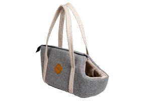 De Jack & Vanilla Revive draagtas is een modieuze en mooie tas om op stap te gaan met uw kat of kleine hond. Aan de binnenzijde zit een veiligheidshaakje, zodat je jouw huisdier veilig kan vastmaken en vervoeren.