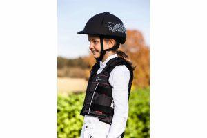 De Kerbl Safety Vest Protecto Light Beta Junior is zeer geschikt voor toernooi-, recreatieve- en offroad-rijders. Een bodyprotector zorgt ervoor dat je goed beschermt bent bij een mogelijke valpartij, zodat je veilig op pad kan met jouw paard of pony.
