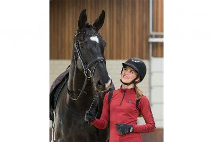 DeQHP Rijhandschoen Quebec Softshell zorgt voor goede grip tijdens het rijden. Daarnaast is de handschoen voorzien van stippenprint op de rug van de hand en krijgt daarmee een sportieve uitstraling.