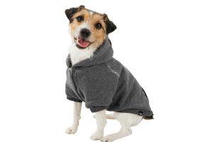 De Trixie Be Nordic Flensburg hondentrui is gemaakt van een polyester sweatstof. De binnenkant van de trui is erg warm en opgeruwd. Daarnaast heeft de hoodie een capuchon en een klittenbandsluiting. Tevens zit er achter op de hondenhoodie en op de capuchon een drukknoop om deze vast te maken.