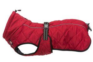De Trixie hondenjas Minot is gevoerd met zacht fleece en gewatteerd, waardoor de jas comfortabel en warm is. Voorzien van twee waterdichte ritssluitingen, zodat ook met de hondenjas aan eenvoudig de halsband kan worden aangelijnd.