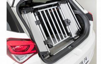 Het Trixie Universeel-achterhek zorgt ervoor dat jij eenvoudig van de bagageruimte in de auto een veilige hondenbox maakt. Het voordeel van dit autorek is dat je hem eenvoudig kan opzetten en inklappen, waardoor hij bijna geen ruimte in neemt als je hem niet nodig hebt.