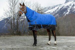 De Equi-Thème Tyrex 600D Aisance outdoordeken is gemaakt van 600 denier ripstop polyester met getapte naden en een warme nylon voering, waardoor deze fijn draagt en waterdicht is.