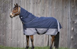 De Equi-Thème Tyrex 600D fleece outdoordeken is zeer geschikt voor tussenseizoenen, doordat de deken is voorzien van een fleece voering en getapete naden. Daarnaast heeft de een grote waterafstotende staartflap en synthetische schapenvacht vulling op de schoft.