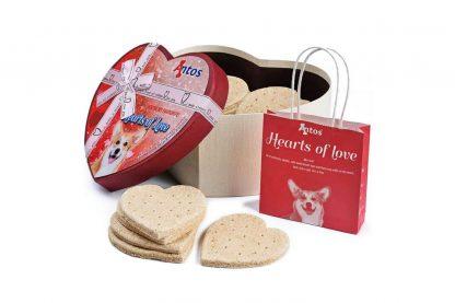 De Antos Hearts of Love hondenkoeken hebben een onweerstaanbare smaak en zijn ook nog eens verpakt in een feestelijk doosje. De koeken zijn met de hand gemaakt en daardoor nog lekkerder. Verwen jouw beste vriend met deze heerlijke hartkoeken. Gemaakt van 100% natuurlijke materialen en suikervrij, daardoor het perfecte tussendoortje!