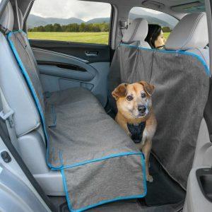 De Kurgo Coast to Coast autobeschermdeken biedt een volledige degelijke bescherming voor de achterbank van uw auto. Deze autohoes beschermt zelfs de vloer en zijkanten van de stoelen zodat het vuil nergens kan komen. Daarbij kan deze autohoes met acht stevige bevestigingspunten.