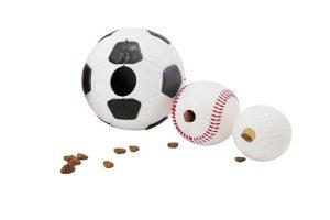 De Planet Dog Orbee Tuff Sportbalzorgt voor uren plezier bij honden. De bal is voorzien van een opening aan weerszijde, waardoor je lekkere snacks in de bal kan stoppen. Daarnaast kan je de bal natuurlijk ook gebruiken voor een leuk apporteer spelletje.