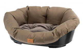 De Ferplast Sofa Tweed Set bestaat uit een heerlijk comfortabel kussen met een kunststof mand. Het kussen is eenvoudig uit de mand te halen, zodat je hem kan wassen. Veel honden en katten vinden het fijn dat de kunststof mand een vaste vorm heeft, met daarin een zacht kussen.