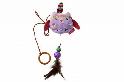 De GiGwi Happy Indians knuffel met ring zorgt ervoor dat baasjes interactief met hun kat kunnen spelen! Wanneer je de ring om je vinger doet, bepaal jij waar de knuffel naar toe 'danst'. Op deze manier daag jij jouw kat uit om ermee te spelen en knuffelen.