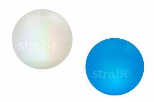 De Planet Dog Orbee Tuff LED Strobe hondenbal maakt apporteren nog leuker! De bal is voorzien van een LED-lampje en deze begint te knipperen wanneer de bal laat stuiteren. Samen met jouw hond spelen wordt daardoor nog leuker! Daarnaast kan je ook in de avond uren nog een ontspannen apporteer spelletje doen, want de bal is goed zichtbaar in het donker.