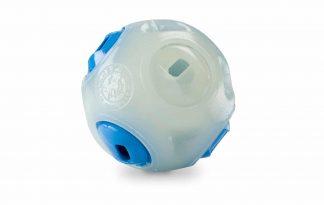 Planet Dog Orbee Tuff Whistle Ball kan in het licht en donker worden gebruikt, doordat deze licht geeft in het donker! Daarnaast zorgen de openingen in de bal ervoor dat deze gaan ''fluiten'' op het moment dat je de bal weggooit.
