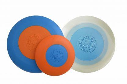 De Planet Dog Zoom Flyer Disc Hondenfrisbee zorgt ervoor dat jij uren lang kan spelen samen met jouw hond! De frisbee heeft in het midden een verzwaard middelpunt, waardoor deze gemakkelijk lang en stabiel ver weg wordt geworpen. Daarnaast is de buitenrand gemaakt van zacht materiaal, zodat het geen schade aanbrengt aan het hondengebit. Verkrijgbaar in de heldere kleuren oranje met blauw of als glow-in-the-dark variant, voor als je ook 's avonds een apporteerspelletje wil doen!