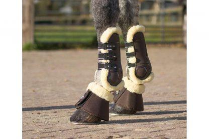 De QHP Peesbeschermers Ontario zijn trendy peesbeschermers. Anatomisch gevormd om de pees perfect te ontsluiten. Bescherm de pezen van je paard tegen stoten met deze peesbeschermers met een voering van imitatiebont.