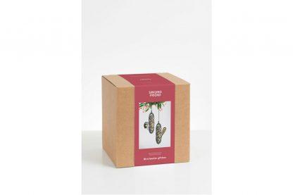 De SingingFriend Giftbox Sam is een fijn cadeau waar de ontvanger en zijn vogels lang plezier van kunnen hebben. De Sams twins bestaan voor 100% uit gerecycled materiaal, namelijk de binnenkant van drankverpakkingen.