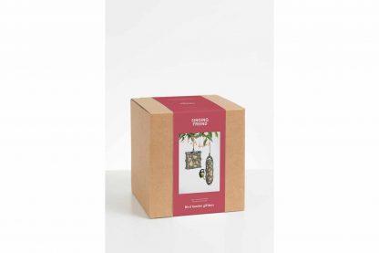 De Giftbox Sam & Anna is een fijn cadeau waar de ontvanger en zijn vogels lang plezier van kunnen hebben. De Sam & Anna bestaan voor 100% uit gerecycled materiaal, namelijk de binnenkant van drankverpakkingen.