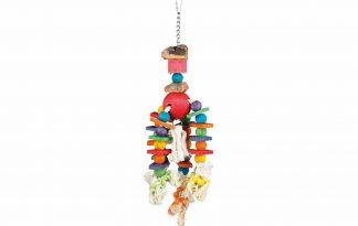 Het Trixie Meerkleurig houten vogelspeelgoed zorgt ervoor dat jouw parkiet voldoende uitdaging krijgt! Eenvoudig op te hangen in de kooi, doordat de bovenkant is voorzien van een handig haakje. Daarnaast bestaat het speelgoed uit touw, hout en kurk en veel vrolijke kleuren, zodat verveling niet aan de orde is.