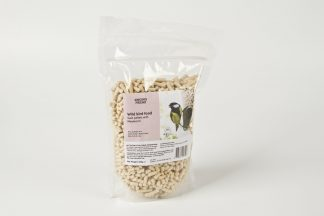 De Suet pellets vinden verschillende vogels lekker en gaan samen met uiteenlopende feeders. De korrels bevatten naast suet ook meelwormen. Daar zijn vogels dol op en het is vanwege de vele eiwitten ook enorm goed voor ze.