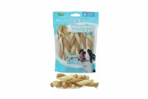 De Wonder Snaxx Twists Pinda en bananen is gemaakt van gedroogde dierenhuid en daardoor een lekkere en gezonde snack voor honden.