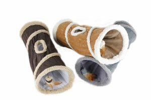 De AFP Lambswool kattentunnel is heerlijk zacht en voorzien van leuke knispergeluidjes. Daarnaast is de tunnel ook voorzien van een leuk speeltje, waardoor jouw kat uren kan spelen. Katten vinden het fijn om op een beschut plekje te liggen, zodat ze heerlijk kunnen ontspannen en rusten.
