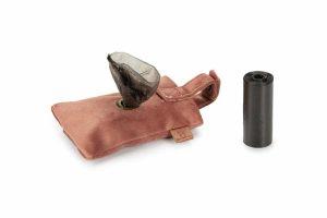 DBL poepzaktasje Caja is zeer hip en trendy. Vervaardigd van zeer zacht fluweel. De achterzijde van het poepzaktasje heeft een stevige messing drukknoop, zodat je het rolletje makkelijk in het tasje kunt plaatsen. Aan de voorzijde trek je het zakje door het ronde gat, welke is afgezet met messing.