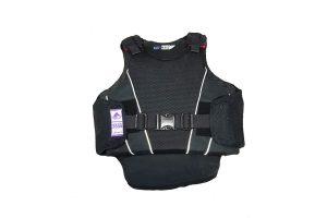 De bodyprotector junior voldoet aan alle internationale standaards, o.a. norm EN 13158:2009 klasse 3 en BETA2009 level 3 (paars logo). Dit maakt deze bodyprotector geschikt voor alle officiële wedstrijden.