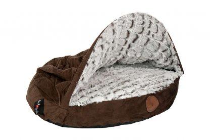 Het Jack & Vanilla Snakeskin Snuggle zorgt ervoor dat jouw hond of kat een heerlijk comfortabel plekje heeft in huis. Dankzij de verstevigde boog kunnen honden of katten gemakkelijk onder de kap. Honden en katten liggen graag beschut, waardoor het Snuggle nest de perfecte plek is om te slapen en rusten. Liever zonder de kap? Met de rits haal je hem er gemakkelijk af!