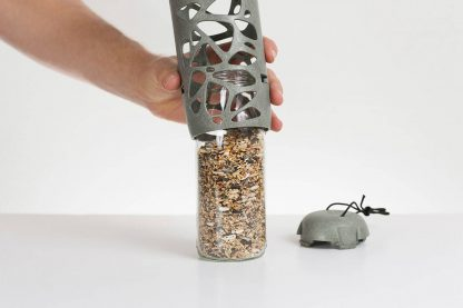 De SingingFriend glazen vervangingsfles Tara kan gevuld worden met verschillend voer voor je vogels. Deze glazen fles kan gevuld worden met bijvoorbeeld pinda's, zonnebloempitten en strooivoer.