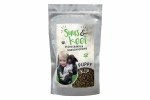 De Suus en Keet Ovengebakken hondenvoeding kip puppy is speciaal ontwikkeld voor een optimale groei en ontwikkeling van jonge honden. Voorzien van eiwitten, vitaminen en mineralen en daardoor een complete maaltijd voor jouwe trouwe viervoeter.