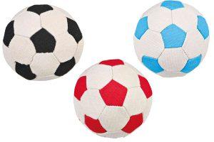 De Trixie hondenvoetbal pluche is door het zachte materiaal perfect voor een leuk apporteer- of voetbalspelletje in huis. Geschikt voor alle honden, ook voor puppy's.