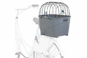 De Trixie kunststof fietsmand is geschikt voor bagagedragers met een breedte van 6 tot 16 centimeter en honden tot 6 kg. De fietsmand is voorzien van een gaasafdekking, waardoor de hond veilig mee op pad kan.