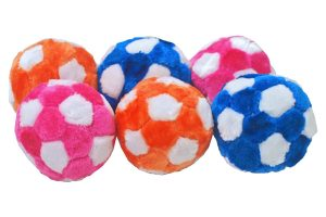 De Hondenvoetbal pluche is door het zachte materiaal perfect voor een leuk apporteer- of voetbalspelletje in huis. Voorzien van leuk piepje, waardoor de bal nog uitdagender is voor honden.